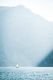 Ensam yacht på Lago di Garda (sjön Garda, IT) Arkivfoto