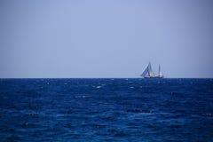Ensam yachtsegling Royaltyfri Foto