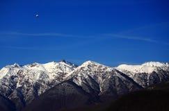 Ensam zeppelinare ovanför Kaukasus berg royaltyfria foton