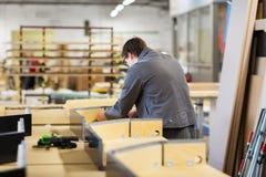 Ensamblador que hace el taller de la fábrica de los muebles Foto de archivo libre de regalías
