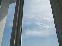 Ensamhetfönster och himmel royaltyfria foton