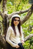 Ensamhetkvinnor under det körsbärsröda trädet Arkivbild