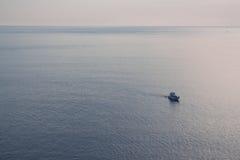 Ensamhetsnabb motorbåt i havet royaltyfri foto