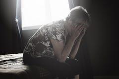 Ensamma 60 år gammal pensionär är in lägenheten Arkivbilder