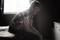Ensamma 60 år gammal pensionär är in lägenheten Royaltyfria Bilder