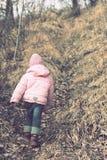 Ensamma barn i skogen Arkivbild
