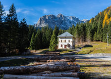 ensamma berg för hus Royaltyfri Foto