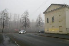 Ensamma bilar på vägen i morgonen Fotografering för Bildbyråer