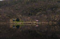 Ensamma kojor på en sjö Royaltyfria Foton