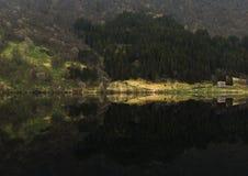 Ensamma kojor på en sjö Arkivbild