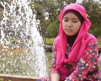 Ensamma kvinnliga muslim parkerar in fotografering för bildbyråer