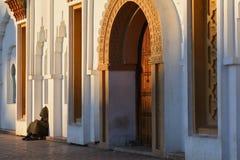 Ensamma muslim i gatan vid moskén arkivfoto
