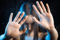 ensamma outstretched kvinnor för glass hand Arkivbild