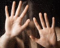 ensamma outstretched kvinnor för glass hand Arkivbilder