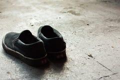 Ensamma skor på vänstersida fotografering för bildbyråer