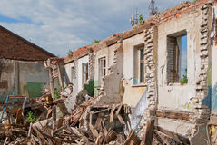 Ensamma väggar av förstörda hus Royaltyfri Foto