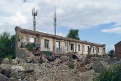 Ensamma väggar av förstörda hus Arkivbilder
