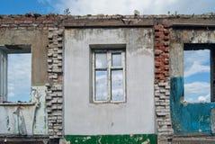 Ensamma väggar av förstörda hus Royaltyfria Bilder
