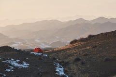 Ensamt campa tält Fotografering för Bildbyråer