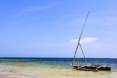 Ensamt fartyg bredvid den Mnemba atollen i Zanzibar Tanzania arkivbild