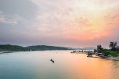 Ensamt fartyg i nolla-lånlagun på solnedgången arkivfoton