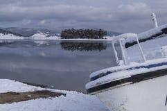 Ensamt fartyg på den härliga sjön och en liten ö Arkivfoto