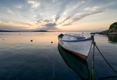Ensamt fartyg på solnedgången, nära Burgas, Bulgarien Royaltyfri Fotografi