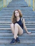 Ensamt flickatonåringsammanträde på trappa Arkivfoto
