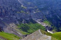 Ensamt gå till och med berget Arkivfoto