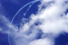 Ensamt hoppa fallskärm och contrails Arkivfoton