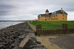 Ensamt hotell på sjösidan i Irland Arkivfoton