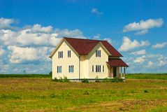 Ensamt hus i det öppna fältet royaltyfria foton