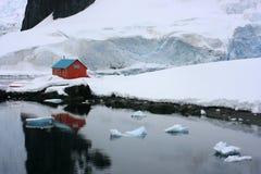 Ensamt hus mellan snow Arkivbild