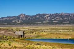 Ensamt hus nära en sjö i en slätt av Arizona royaltyfri bild