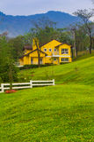 Ensamt hus på berget Fotografering för Bildbyråer