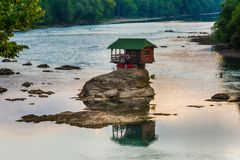 Ensamt hus på floden Drina i Bajina Basta, Serbien Royaltyfria Bilder