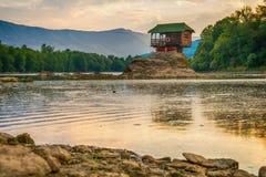 Ensamt hus på floden Drina i Bajina Basta, Serbien arkivfoto