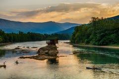 Ensamt hus på floden Drina i Bajina Basta, Serbien Royaltyfri Fotografi