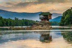 Ensamt hus på floden Drina i Bajina Basta, Serbien Royaltyfri Foto