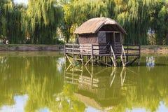 Ensamt hus vid sjön Royaltyfria Bilder