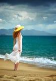 Ensamt kvinnaanseende på havet royaltyfri foto