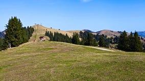 Ensamt landshus i berg arkivbild