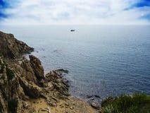 Ensamt litet skepp på bakgrund av det härliga havet Arkivbild