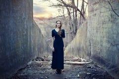 ensamt långt för härlig klänningflicka Royaltyfri Foto