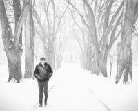 Ensamt manligt diagram i en häftig snöstorm Arkivfoto