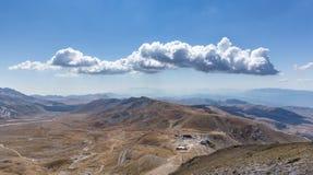 Ensamt moln över den Campo Imperatore platån, Abruzzo, Italien Arkivbilder