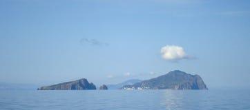 Ensamt moln över Panarea, eoliska öar arkivfoton