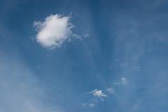 Ensamt moln i blåttsky Royaltyfri Fotografi