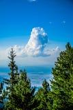 Ensamt moln i himlen Royaltyfri Bild