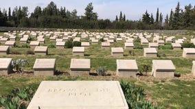 Ensamt sörja kyrkogården och minnesmärken lager videofilmer